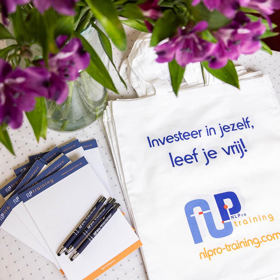 Bedrukte pennen, tassen en kladblokken voor NLPro Training