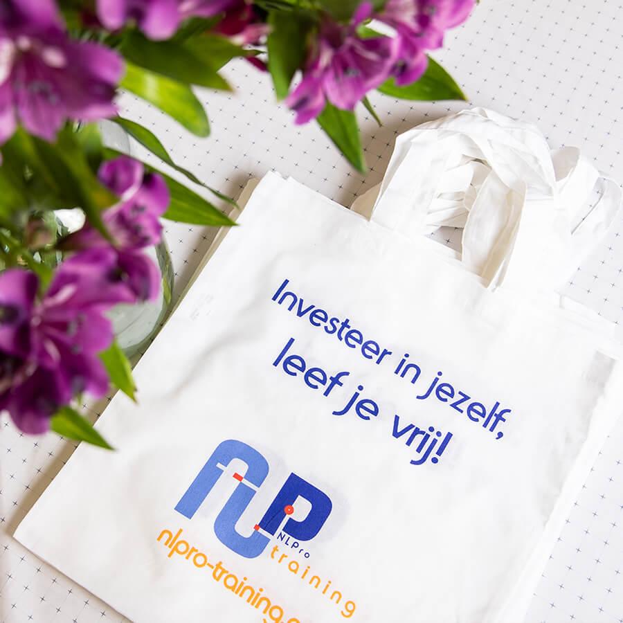 Bedrukte tassen als weggever voor NLPro Trainingen